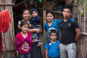 woman of CONSORCIO at home, with 5 of her kids