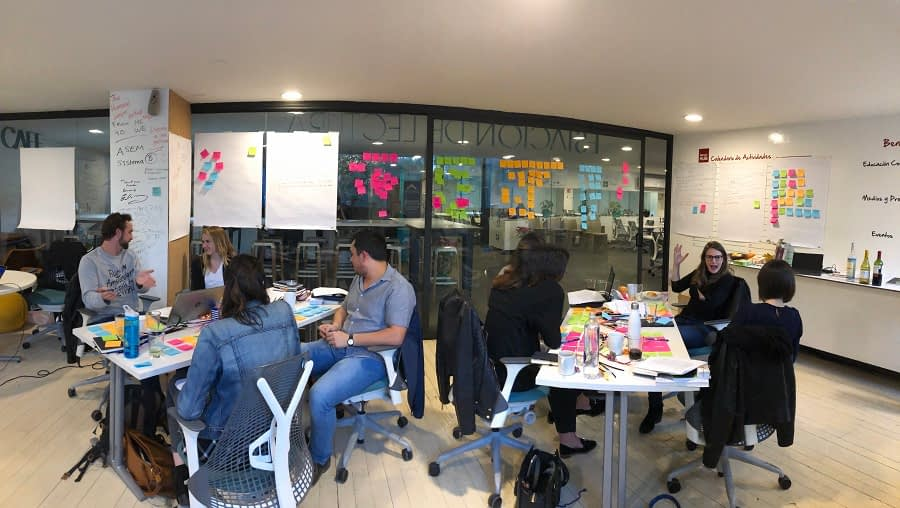 MovingWorlds Institute Global Fellows discussing a case study at Fellowship kickoff in Mexico City