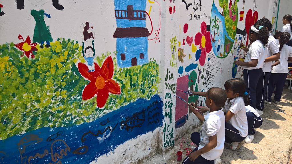 Dia de la tierra painting a wall3